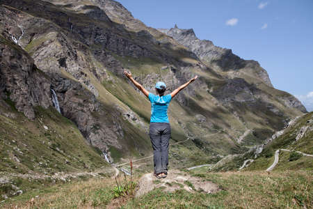 woman with backs open arms in a mountainous landscape Stock fotó