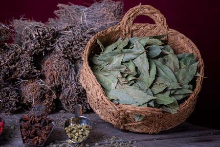 basket of bay leaves on a wooden board 版權商用圖片