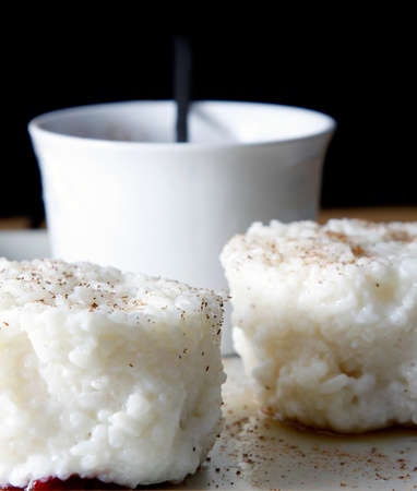 Milchreis mit Zimt auf dem Teller serviert