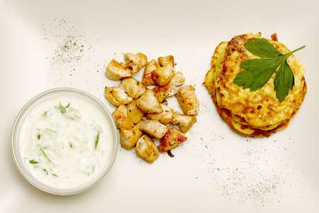 Zucchini Kroketten mit Huhn serviert auf einem Teller Lizenzfreie Bilder