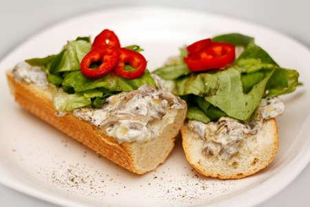 Sahne-Pilz-Sandwiches auf einem Teller mit Paprika, Pfeffer und gr�nem Salat serviert