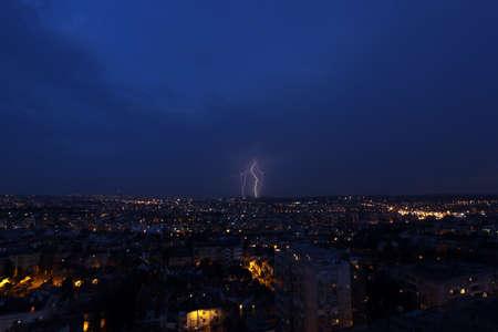 Mehrere Blitzeinschl�ge �ber einer gro�en Stadt in der Nacht - in Belgrad, Serbien