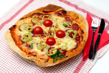 Hausgemachte Pizza mit K�se, Salami, Tomaten
