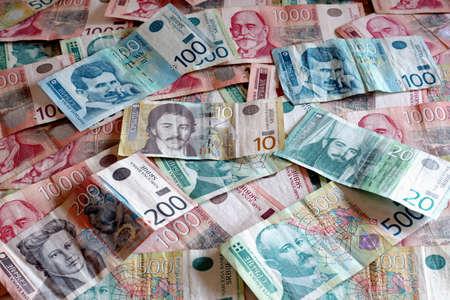 Serbische W�hrung - Ein Haufen von Various Dinar Banknoten Lizenzfreie Bilder
