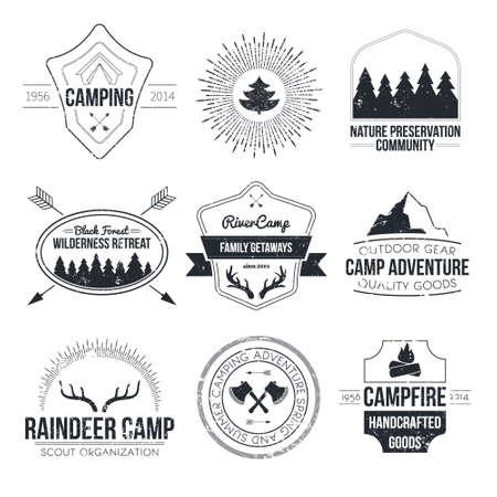 Conjunto de acampar vintage y logotipos de actividad al aire libre. Vectorial e insignias con bosque, árboles, montaña, fogata, tienda, astas. Foto de archivo - 34218264