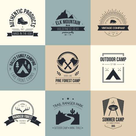Acampar y la actividad al aire libre logo colección - equipo de montaña, senderismo, etiquetas de campamento de verano, insignias y elementos de diseño realizados en estilo plano vector vendimia. Logos