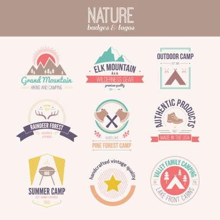 Kamperen en outdoor activiteiten logo collectie - bergversnelling, wandelen, zomerkamp etiketten, insignes en design-elementen die in platte vintage vector stijl.
