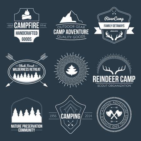 ビンテージ キャンプおよび野外活動のロゴのセット。ベクトルのロゴタイプと森林、木、山、キャンプファイヤー、テント、アントラーズとバッジ