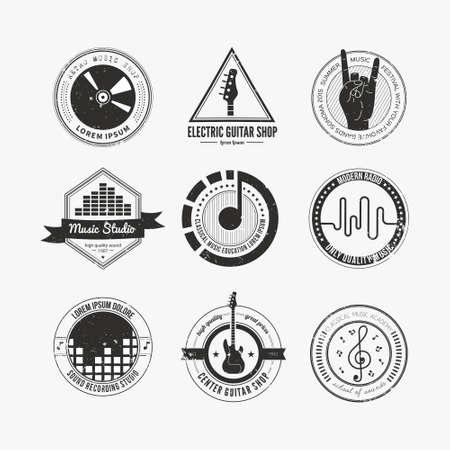 estudio de grabacion: Colecci�n de logotipos de m�sica hechos en vector. Estudio de grabaci�n etiquetas de estilo inconformista. Podcast y radio insignias con texto de ejemplo. A�ada elementos de dise�o de la camiseta con elementos musicales - guitarra, cuernos. Sonido logotipos de producci�n.