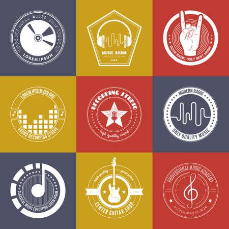 iconos de música: Colección de logotipos de música hechos en vector. Estudio de grabación etiquetas de estilo inconformista. Podcast y radio insignias con texto de ejemplo. Añada elementos de diseño de la camiseta con elementos musicales - guitarra, cuernos. Sonido logotipos de producción.
