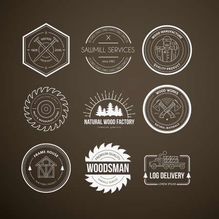 Reeks uitstekende timmerwerk logo's gemaakt in vector. Hout werk en productie label sjablonen. Gedetailleerde emblemen met houtindustrie elementen en timmerwerk gereedschappen. Houtbewerking badges met voorbeeld tekst voor uw bedrijf.