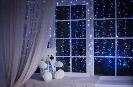chrstmas: White Teddy bear waiting for Xmas. Chrstmas Eve. Winter background