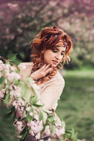 mujer hippie: Hermosa mujer hippie disfrutando de jardín, bastante chica relajante al aire libre, sosteniendo rama, señora joven y la naturaleza de primavera verde, el concepto romántico