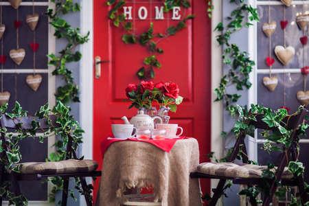 Tisch Mit Vasen Aus Roter Rose Teetassen Und Teekanne Rote Tur