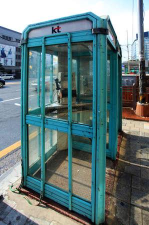 cabina telefono: Seúl Corea del stand de la calle de teléfono Editorial