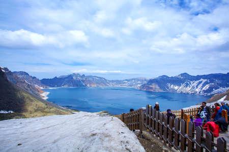 Vista panoramica di Tianbai Mountain Tianchi pendio ovest e visitatori Archivio Fotografico - 66994986