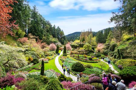 Bouchard tuin panoramisch uitzicht op bloemen, bomen, bezoekers Redactioneel