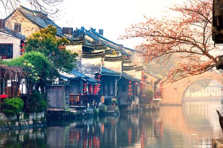 Xitang sunrise peach blossom Bridge Archivio Fotografico