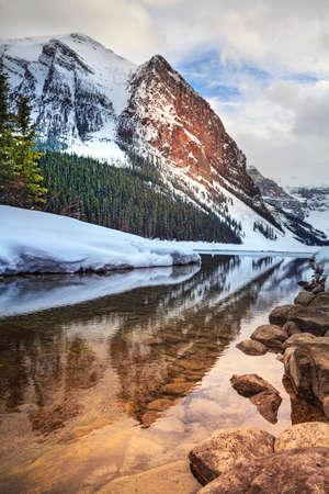 The reflection of the water of the lake snow mountain lake in Lewis lake, Canada Stockfoto