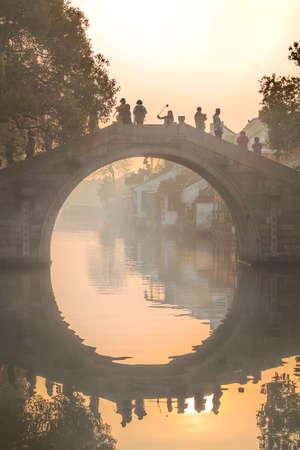 Xitang morning mist Yudai Bridge Redactioneel