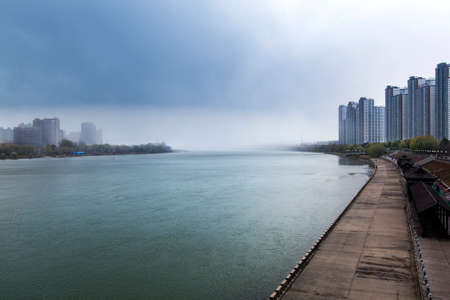 Mist of the river bank on the Songhua River Stockfoto
