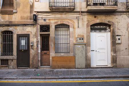 barcelone: Porte ancienne et vieux mur dans la rue, Barcelone