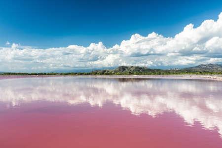Rosafarbene Wasser Salzsee in der Dominikanischen Republik