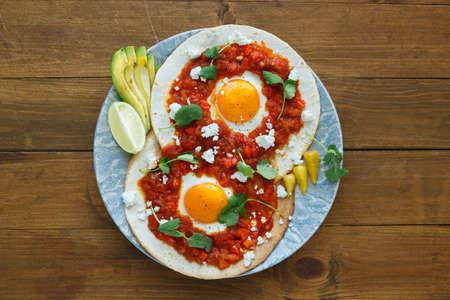 petit dejeuner: huevos rancheros gros plan sur la table, vue horizontale d'en haut. Banque d'images