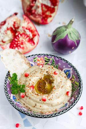 arabic food: �rabe alimento baba ghanoush de primer plano en el plato y los ingredientes sobre la mesa. vertical. Foto de archivo