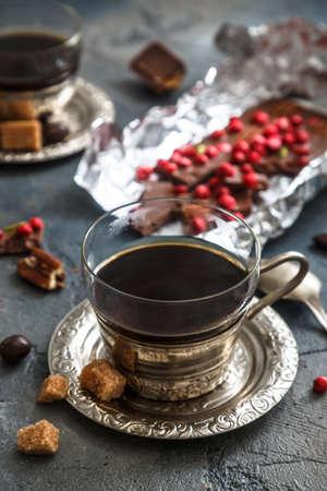 caballo bebe: Vintage taza de café, chocolate y cerezas en el fondo oscuro