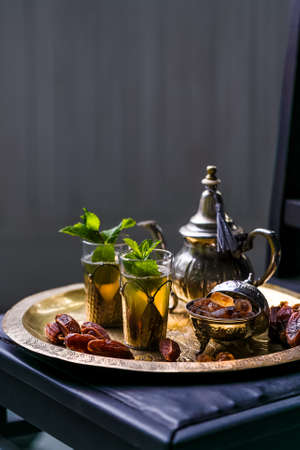 Moroccan mint tea in the traditional glasses on a tray and kettle Zdjęcie Seryjne - 87335607
