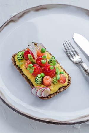 Danish smorrebrod with gravlax and omelet on rye bread Stockfoto