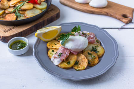 Spanish tapas huevos rotos. Fried eg, jamon ham and potato Banco de Imagens