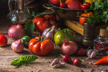 Close view Heirloom tomatoes on dark rustic table, copy space Zdjęcie Seryjne