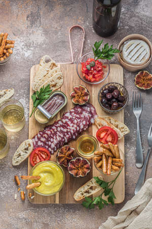 Wine apetizer set with salami, cheesem tomato, bread and alioli dip
