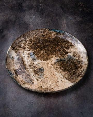 Handmade ceramic plate on dark Banque d'images