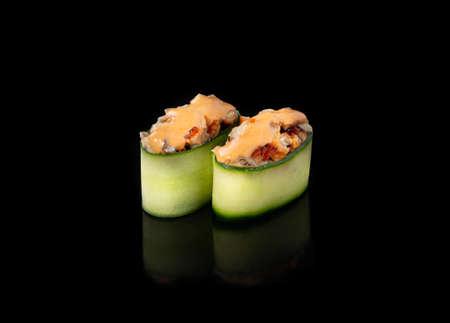 Gunkan maki sushi with unagi, black background Banque d'images