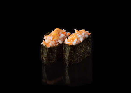 Spicy Gunkan maki sushi with shrimps, black background Banque d'images