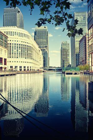buildings on water: Rascacielos de Canary Wharf vista desde West India Docks.