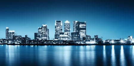 londre nuit: Photo panoramique de Canary Wharf vue de Greenwich.  Banque d'images