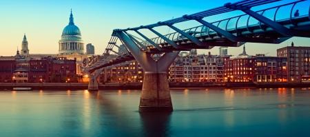 cath�drale: Cath�drale Saint-Paul et le Millennium Bridge de nuit.