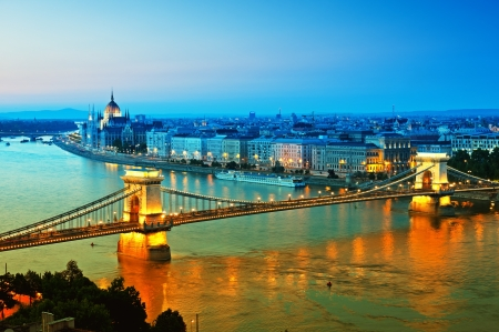 Vista del Puente de las Cadenas, el Parlamento húngaro y el río Danubio, la forma del Castillo de Buda. Foto de archivo