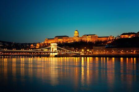 castillos: Puente de las Cadenas y el Castillo de Buda en la noche. Foto de archivo
