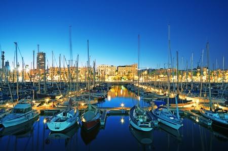 barcelone: Vue nocturne de la Marina Port Vell (exposition longue)