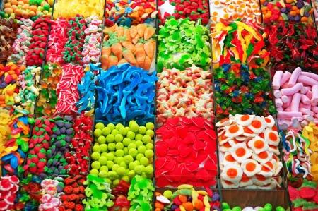 grasas saturadas: Puesto de dulces en el mercado de la Boquer�a en Barcelona.