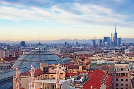 ミラノ大聖堂 (ドゥオーモ ミラノ) からミラノのスカイライン。イタリア。 写真素材