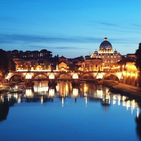 roma antigua: Noche imagen de la Bas�lica de San Pedro, Roma - Italia Foto de archivo