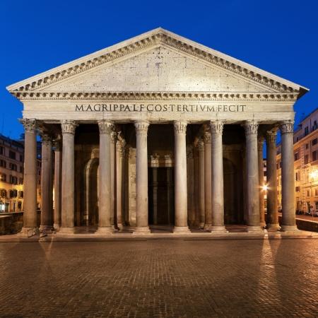 columnas romanas: Panteón de la noche. Roma - Italia Editorial