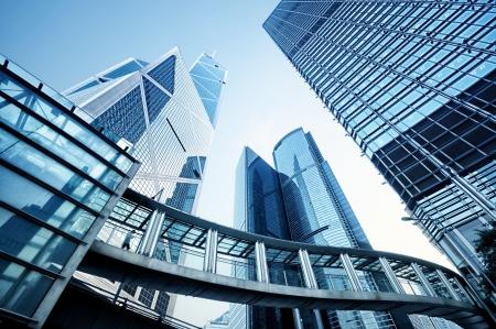 central: Imagen virada de modernos edificios de oficinas en el centro de Hong Kong Foto de archivo