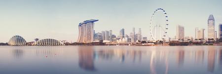 日の出の時シンガポールの s のスカイラインのパノラマ画像 報道画像